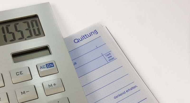 calcolatrice con modello di fattura