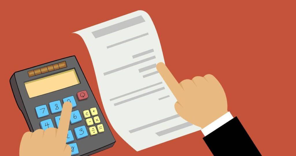 compilazione nota di credito con calcolatrice vicino